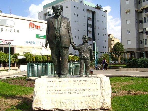 Statue_of_David_Ben_Gurion_in_Rishon_LeZion,_Israel.jpg